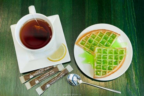 Sayanogorsk, Russia: Сладкое угощение - вафли с сиропами, вкуснотища!