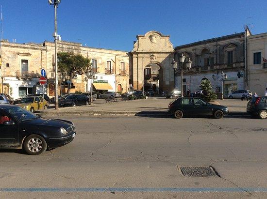 Mesagne, Италия: Porta Grande, en links Bar Caffe Porta Grande , sympathieke uitbaters en pure nostalgie.