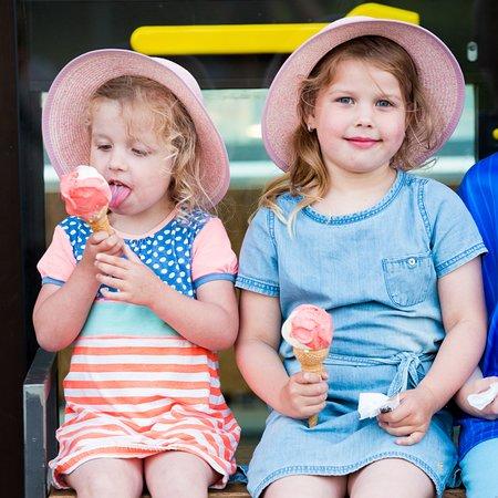 Gelateria La Via Lattea Dormelletto: Kids enjoying or Gelato