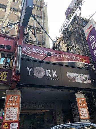 York Hotel: 外観。フロントは4階。シングルルームは地下。