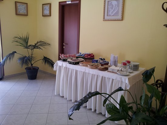 Holiday Bed And Breakfast Vico Del Gargano: Sala Colazioni  Buffet Holiday B&B Vico Del Gargano