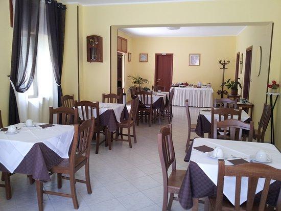 Holiday Bed And Breakfast Vico Del Gargano: Sala Colazioni Holiday Bed&Breakfast Vico Del Gargano