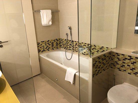 Hilton Frankfurt Airport Hotel: Badezimmer Mit Dusche Und Badewanne