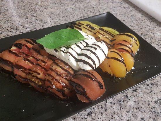Quetteville, França: Duo de Tomates Noir de Crimée et tomate ananas à la crème Balsamique et sa mozzarella Di Buffala