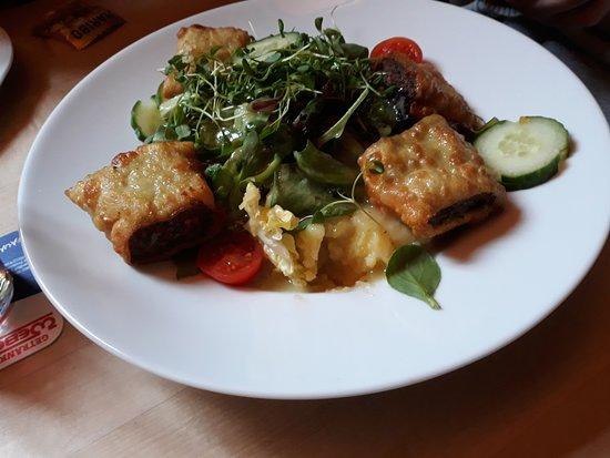 Nuertingen, ألمانيا: gemischter Salat mit Maultaschen und Kartoffelsalat