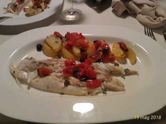 Ristorante Il 25: Branzino all'isolana, patate, pomodorini, olive e capperi