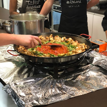 Chef v ctor and his paella bild fr n taller andaluz de for Taller andaluz de cocina