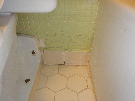 Seralago Hotel and Suites: broken tils