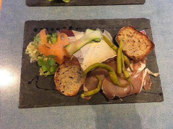 La Piscine: L'Assiette mixte du moment: charcuteries et fromage du Sud Ouest