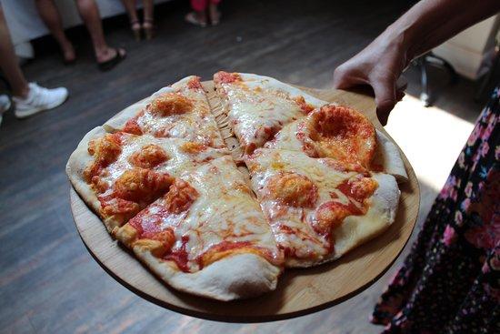 Stamford Bridge, UK: Fresh from the oven homemade Margarita pizza
