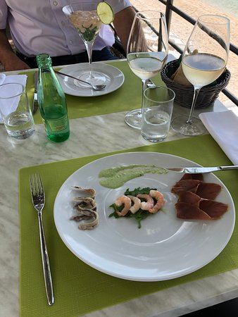 Gradac, Croacia: Lunch on the terrace direct by the sea