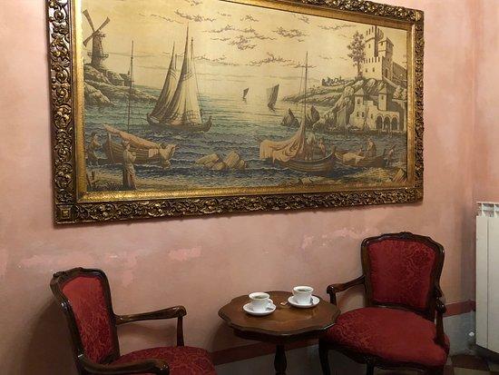 Relais Centro Storico Residenza D'Epoca: Seating for tea/espresso in junior suite.
