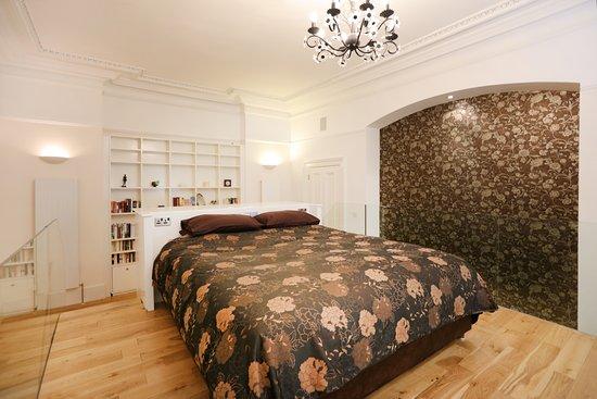 Royal Gardens Apartments: En-suite shower room - Kings Apartment