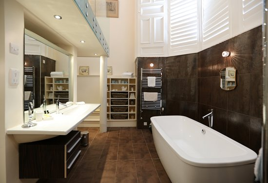 Royal Gardens Apartments: Double bedroom with adjacent large bathroom with separate shower - Kings Apartment