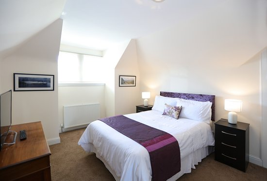 Royal Gardens Apartments: Large bathroom featuring roll-top bath and separate shower - Kings Apartment