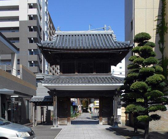 Zenryuji Temple: 境内から見た山門