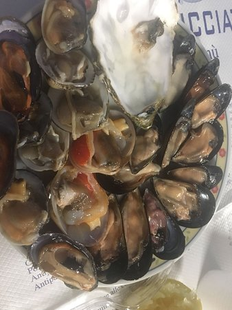 Lido Conchiglie, Италия: Crudo di mare misto (ostrica già mangiata)