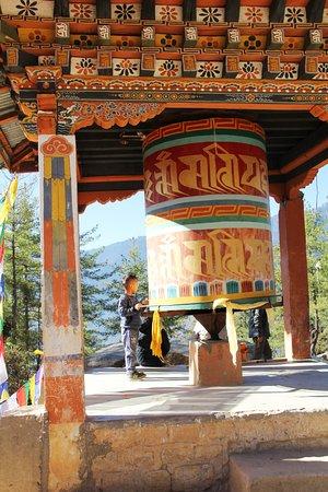 Paro District, Μπουτάν: Prayer wheel on the way to the Tigers Den.
