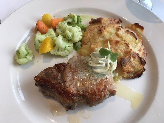 Panorama Restaurant: Schweinekotelett mit Kräuterbutter und Kartoffelgratin