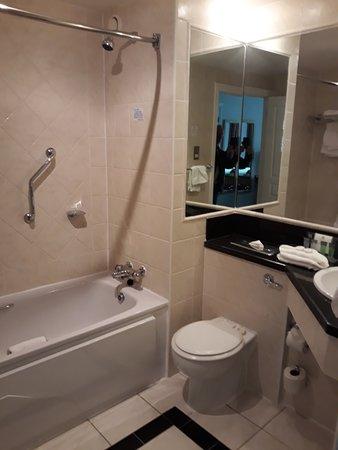 Holiday Inn Killarney: Standard Bathroom