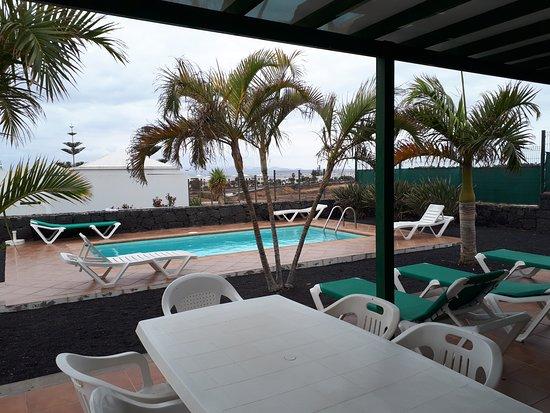Terrasse avec salon de jardin et transats - Picture of Villas Costa ...