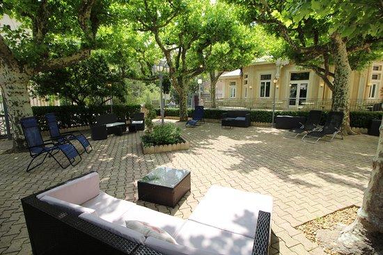 Hôtel des Thermes: La grande terrasse à l'ombre des platanes est idéale pour la détente.