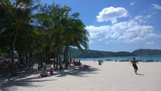 Patong Beach: v pozadí palmy..