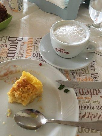 Francavilla sul Sinni, Italy: Mein Frühstück, so lecker. Apfelkuchen mit Vanille-Pudding, Grazie mille