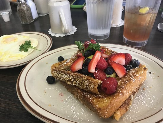 Vic's Daily Cafe: Special French Toast with berries and lemon curd
