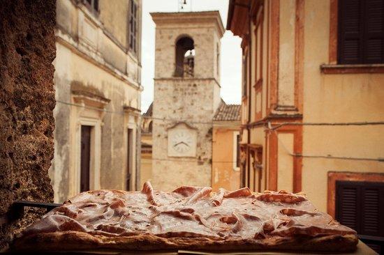 Alvito, إيطاليا: pizza e mortadella dell'orologio