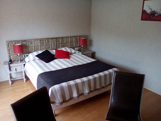 Grand Hotel de la Reine Amelie: Grand lit et aussi petit lit une place.