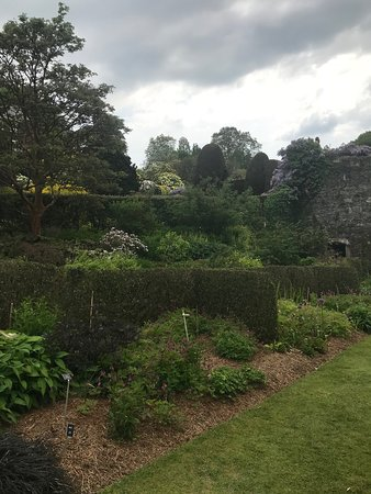 Yelverton, UK: Walled garden with map up top gazing about