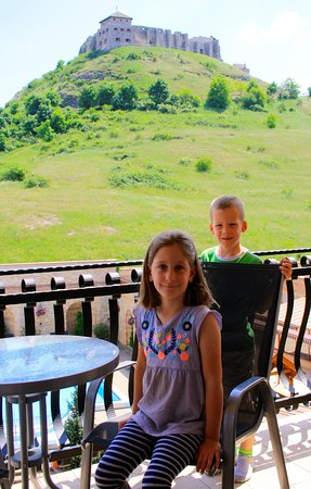 Sumeg, Hungary: Az Ikrek és a kilátás a szobából.