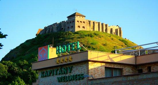 Sumeg, Hungary: A szálloda a Sümegi várral.