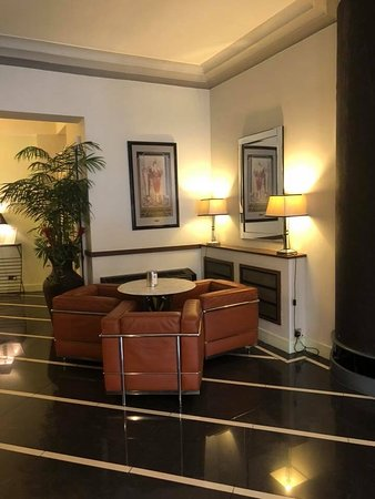 The Earl of Doncaster: Lovely chairs in the lobby