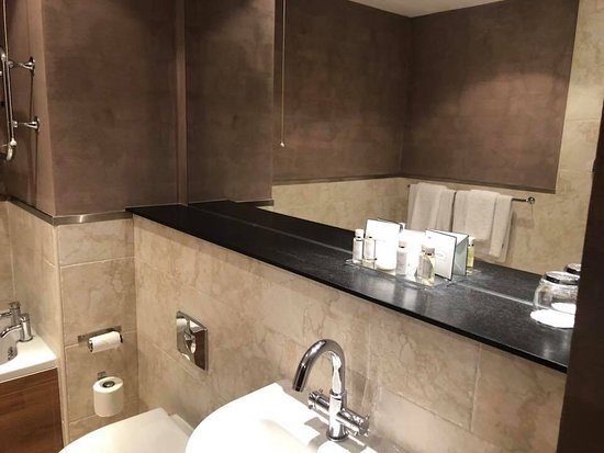 The Earl of Doncaster: Bathroom