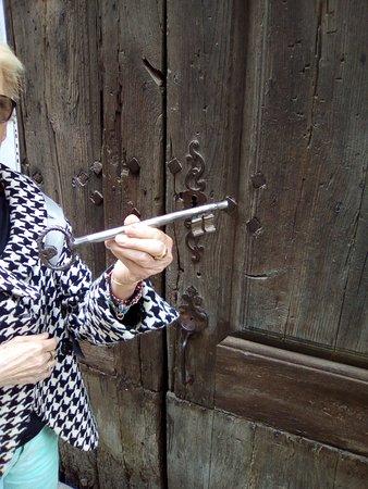 Corsavy, France: La clef pour visiter la petite église