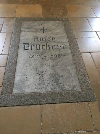 Augustiner Chorherrenstift St. Florian: Grab Anton Bruckner unter der Orgel