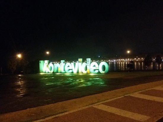 Montevideo Sign: Visão noturna - www.lugaresparaviajar.info