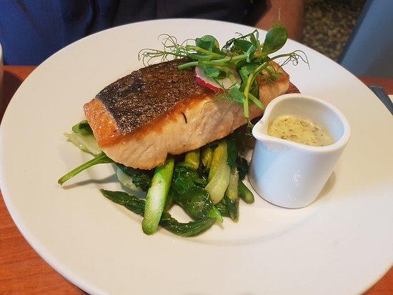 Mussel and Steak Bar: Plato de salmón con verduritas