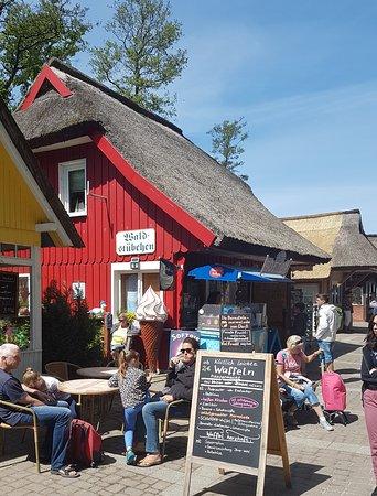 Ostseebad Prerow, Alemania: Das Waldstübchen und davor der kleine Eisstand