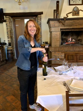 Cannara, Italien: Jennifer opening a bottle of Grechetto white wine from Umbria