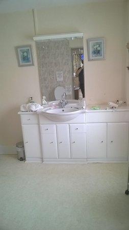 The Gaskell Arms Hotel: Bathroom vanity unit