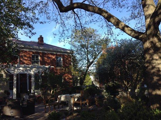 Trinity House Inn: patio