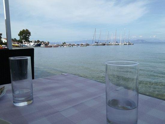 Petriti, Greece: rustig terras aan het water