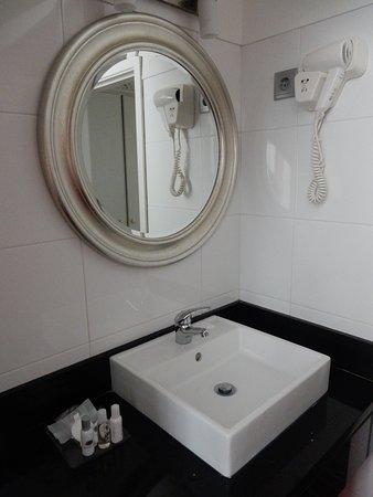 Residencial Florescente: Banheiro com amenidades e secador