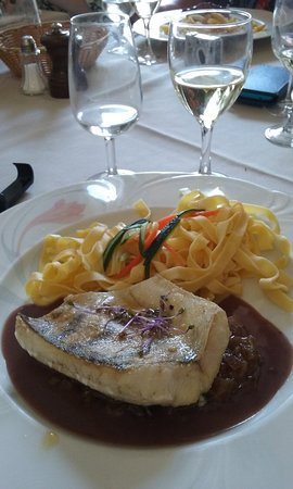 Chateauneuf, Francia: Sandre sauce échalote/ vin rouge