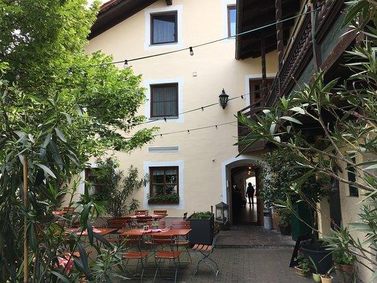 Aigen, Alemanha: gemütlicher Biergarten im Innenhof