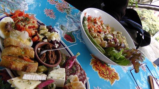Saint-Maurice-Navacelles, França: charcuterie and main salad plates
