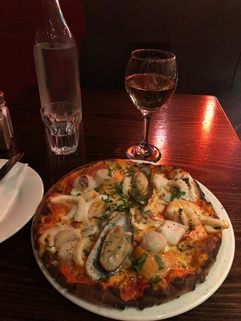 Doncaster, Αυστραλία: Venezia Pizza accompanied with a glass of crisp Rose.